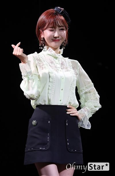 하유비, 아이둘 마미의 윙크 트롯가수 하유비가 9일 오전 서울 서교동의 한 공연장에서 열린 데뷔 기념 쇼케이스에서 포토타임을 갖고 있다. 하유비는 TV CHOSUN 오디션 프로그램 '내일은-미스트롯' TOP 12에 오른 바 있는 트롯가수이다.