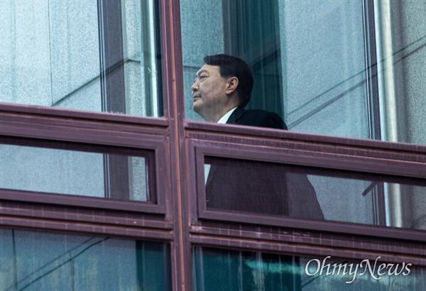윤석열 검찰총장이 9일 오전 서울 서초구 대검찰청에서 점심을 먹기 위해 이동하고 있다.
