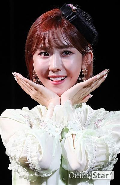 하유비, 사랑스런 미소 트롯가수 하유비가 9일 오전 서울 서교동의 한 공연장에서 열린 데뷔 기념 쇼케이스에서 포토타임을 갖고 있다. 하유비는 TV CHOSUN 오디션 프로그램 '내일은-미스트롯' TOP 12에 오른 바 있는 트롯가수이다.
