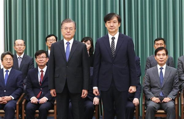 문재인 대통령과 조국 법무부장관 문재인 대통령이 9일 오후 청와대에서 조국 신임 법무부 장관에게 임명장을 수여한 뒤 기념촬영 하고 있다.