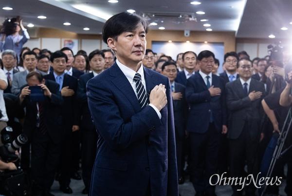 조국 신임 법무부 장관이 9일 오후 경기도 정부과천청사 법무부에서 열린 취임식에 참석해 국민의례를 하고 있다.
