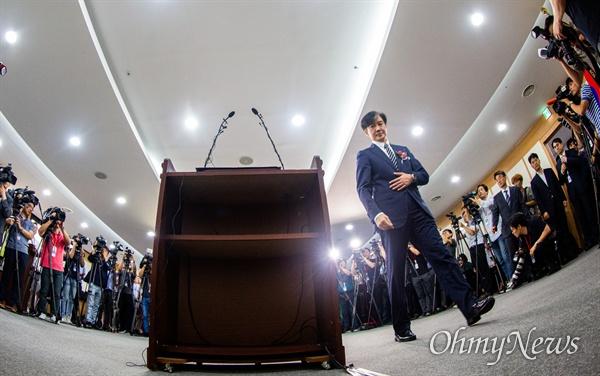 조국 신임 법무부 장관이 9일 오후 경기도 정부과천청사 법무부에서 열린 취임식에 참석하고 있다.