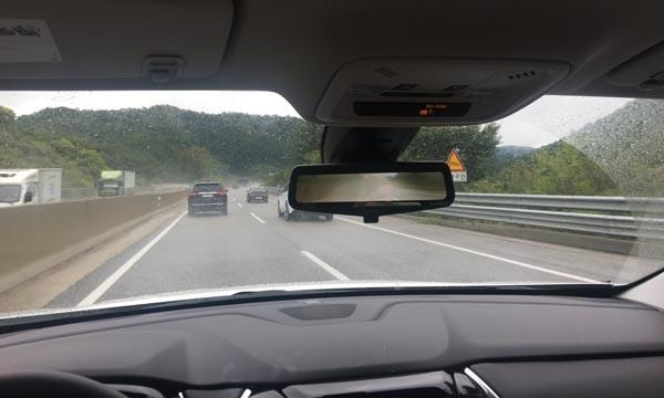 쉐보레 트래버스의 디스플레이 룸미러. 광각 카메라로 촬영된 후방 상황을 비쳐주지만 비가 오는 날 물방울이 렌즈에 튄 탓인지 뿌옇게 흐려졌다.
