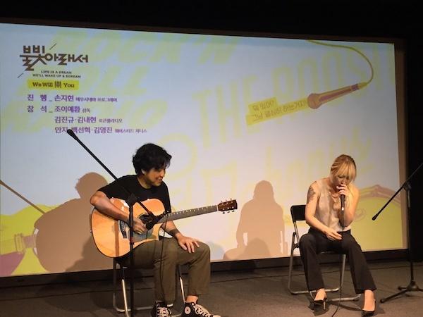 지난 6일 서울 에무시네마에서 열린 <불빛 아래서> 관객과의 대화(GV)에 앞서 어쿠스틱 공연을 펼치고 있는 웨이스티드 쟈니스 백선혁, 안지