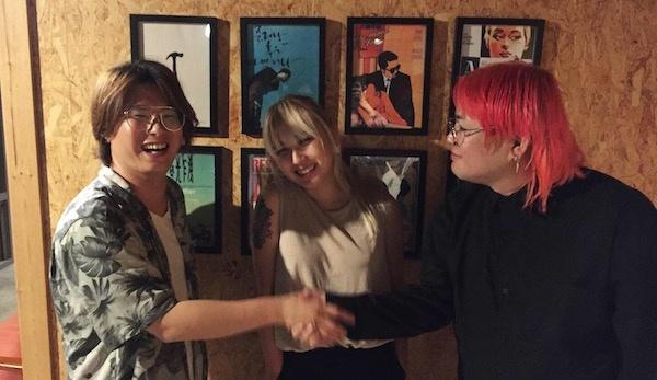 지난 6일 저녁 서울 복합문화공간 에무 내 카페에서 <불빛 아래서>를 만든 조이예환 감독과 출연 밴드와 인터뷰를 가졌다. 왼쪽부터 조이예환 감독, 영화에 출연한 웨이스티드 쟈니스 안지, 로큰롤라디오 김진규.