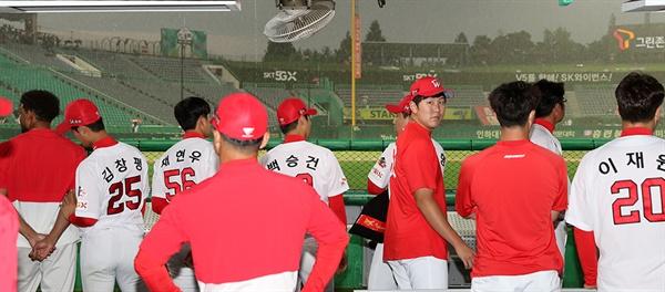 SK 와이번스 선수들이 내리는 비를 바라보고 있다.
