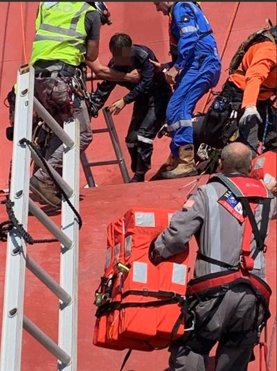 미 해양경비대의 구조작업 미 해양경비대는 9일(현지시간) 미 남동 해안에서 전도된 자동차 운반선 골든레이호에서 한국인 선원 4명에 대한 구조작업을 벌이는 모습을 트위터로 공개했다. 2019.9.9. [미 해양경비대 트위터 캡처. 재판매 및 DB 금지]