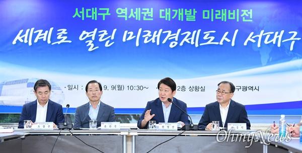 권영진 대구시장이 9일 대구시청에서 기자회견을 열고 서대구 역세권 개발 계획에 대해 설명하고 있다.