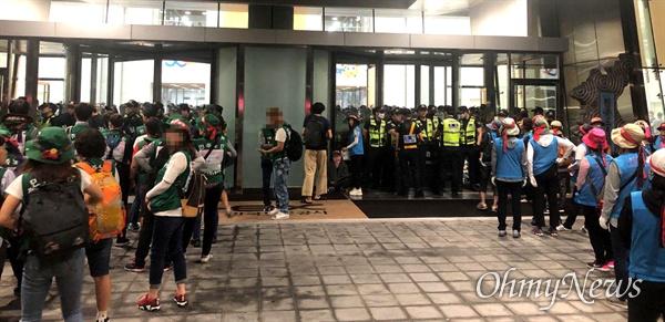 고속도로 요금소 수납원들이 10일까지 이틀째 김천 한국도로공사 건물 안에서 점거 농성을 벌이고 있다.