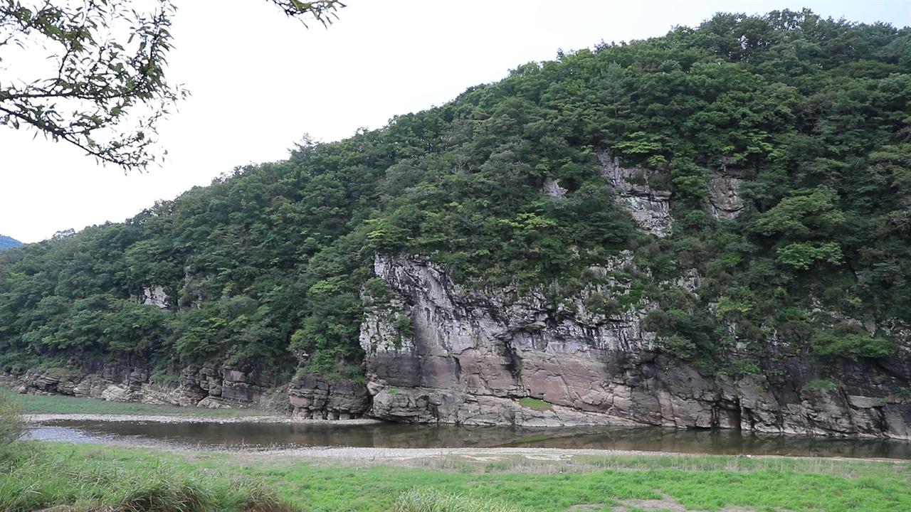 반구대암각화(국보 제285호) 선사시대 생활상을 알려주는 그림으로 세겨진 곳으로 세계에서 유래를 찾아볼 수 없는 선사미술로 평가받고 있다.