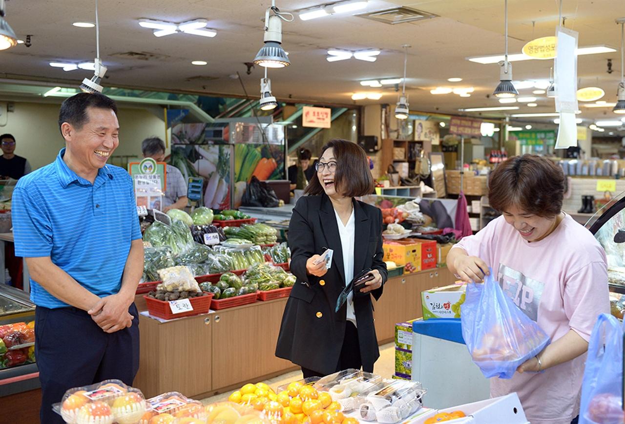 은수미 성남시장이 금호행복시장방문해 상인들과 이야기를 나누고 있다.