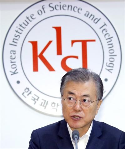 문재인 대통령이 10일 오전 성북구 한국과학기술연구원(KIST)에서 열린 현장 국무회의를 주재하고 있다.