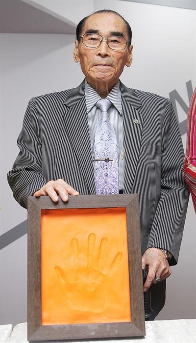 2011년 6월 22일 오후 서울 송파구 방이동 올림픽공원 올림픽홀에서 열린 '대중음악전문공연장 올림픽홀 개관 기념식'에서 가수 반야월이 핸드프린팅을 한 후 기념촬영을 하고 있다.
