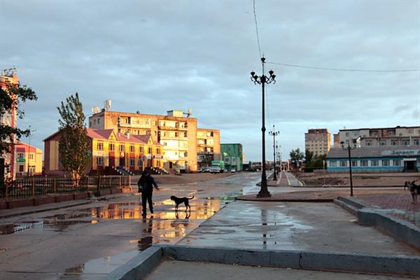 해뜨는 시각에 초이발산 시가지 구경에 나서자 러시아식 건물들이 보였다