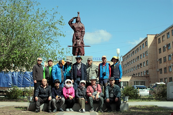 고조선유적답사단 일행이 초이발산 시가지에 서있는 알랑고아 동상 앞에서 기념촬영했다. 몽골족의 어머니로 여겨지는 알랑고아 전설은 고구려의 주몽이나 유화전설과 유사하다
