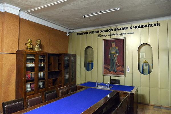 스탈린을 추종했던 독재자 초이발산의 집무실 모습. 뒤에 초이발산의 초상화가 보인다