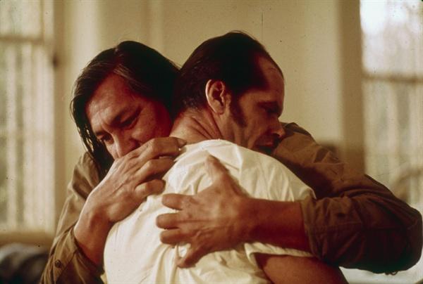 정신병동의 억압과 학대에 대해 다룬 영화 <뻐꾸기 둥지 위로 날아간 새>의 한 장면.