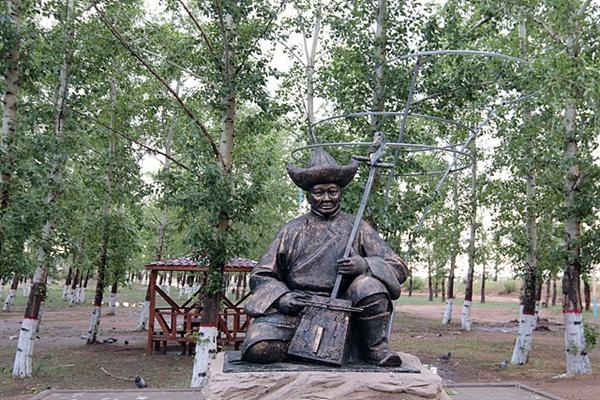 공원으로 가는 길에서 마두금을 연주하는 조각상을 만났다