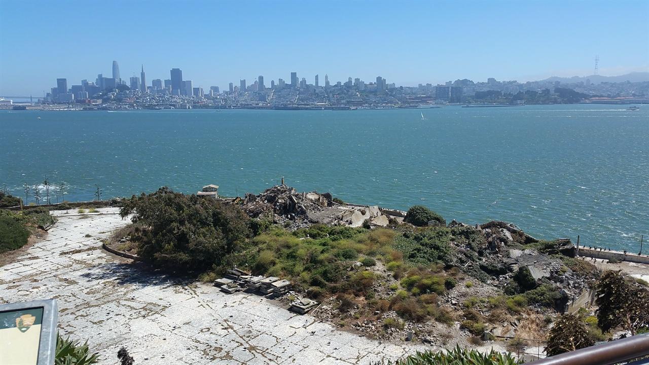알카트래즈섬에서 보이는 샌프란시스코 크리스마스 때가 되면 샌프란시스코에서 들리는 즐거운 소음으로 재소자들은 잠을 못 이루곤 했다고 한다.