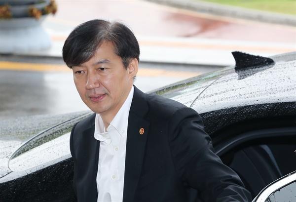 조국 법무부 장관이 10일 오후 정부과천청사 법무부로 출근하고 있다.