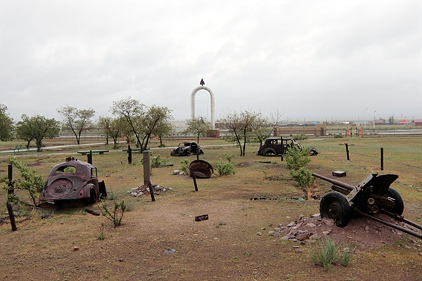 1939년 소련과 몽골 연합군, 일본 관동군간에 벌어진 할흐강 전투에서 승리한 소련 몽골 연합군의 전쟁기념물이 전시된 기념관 모습. 뒤에 몽골영웅기념비가 보인다