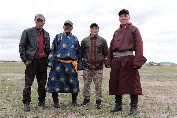 비가 오는데도 일행이 강가에서 밥을 해먹자 이상하게 생각한 현지인들이 우리 일행이 밥하는 곳을  찾아왔다. 저리거와 몽골운전사들이 상황을 설명해주자 웃으며 돌아갔다