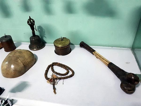 티베트 라마교에서는 사람의 뼈를 이용해 불교용품을 만들었다. 부처를 공양하기 위해 만드는 법구(法具)를 사람의 뼈로 만듦으로서 이 세상의 모든 것은 한순간이며 무상(無常)임을 깨달을 수 있다고 한다. 왼쪽에 반짝거리는 바가지 처럼 생긴 것이 사람 두개골로 만든 법구이고 오른쪽에 보이는 것이 처녀 허벅지뼈로 만든 피리이다.