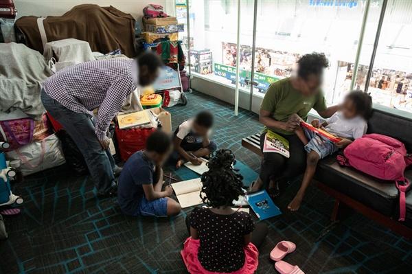 인천공항 출국장 안에서 지내는 루렌도 가족.