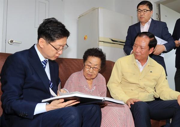 김경수 경남지사는 구인모 거창군수와 함께 10일 오후 독립유공자 윤현진 선생의 유족인 윤정(82) 어르신 댁을 방문했다.