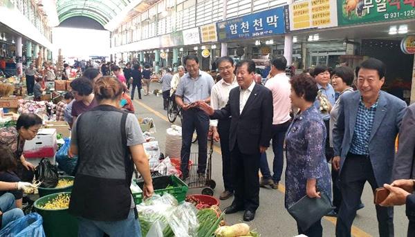자유한국당 강석진 국회의원이 추석 명절을 앞두고 전통시장을 찾았다.
