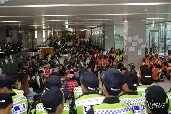 한국도로공사 수납원 노동자들이 10일 오후 본사 2층 로비에서 농성을 벌이고 있다.