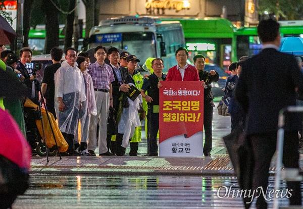 자유한국당 황교안 대표가 10일 오후 서울 광화문광장 앞 세종대로 사거리에서 조국 법무부 장관 임명 철회 1인 시위를 하고 있다.