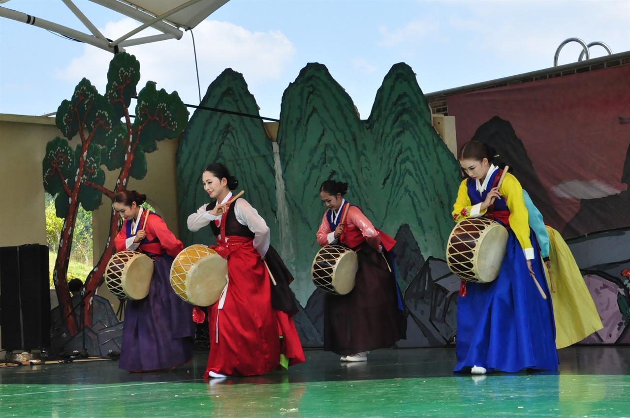 근린공원에 마련된 무대에서는 전통민속예술공연이 진행된다.