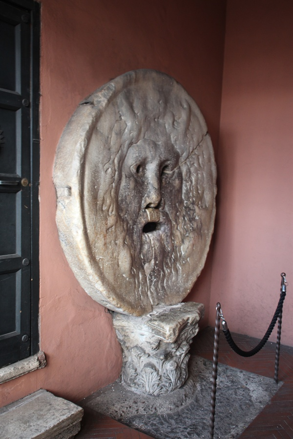 기원전 4세기경에 만들어진 하수구 뚜껑인 '진실의 입' 모습