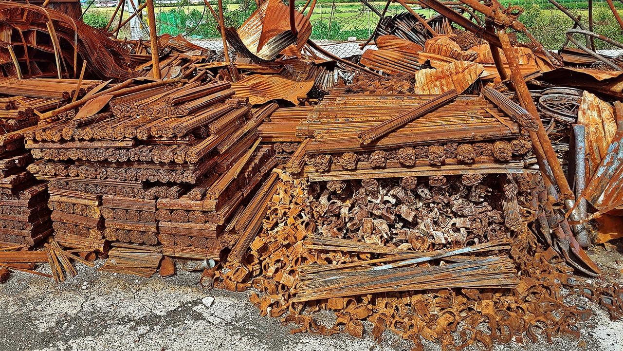 녹슨 건축자재들 불에 타지는 않았어도 지난 5개월간 피해규모 조사 등의 이유로 방치되어 녹이 슬어 제 구실을 할 수 없는 건축용 자재