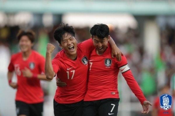 2022 카타르월드컵 아시아지역 2차예선 H조 1차전 투르크메니스탄전에서 선제골을 터뜨린 나상호가 손흥민과 함께 기뻐하고 있다.
