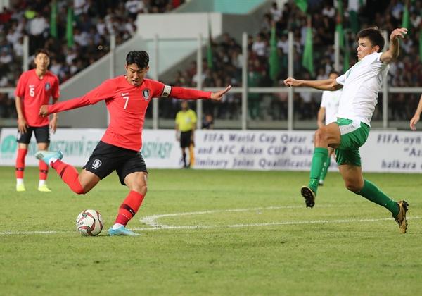 10일(현지시간) 투르크메니스탄 아시가바트 코페트다그 스타디움에서 열린 2022 카타르 월드컵 아시아지역 2차 예선 H조 1차전 한국과 투르크메니스탄과의 경기. 한국 손흥민이 슛을 하고 있다. 2019.9.11