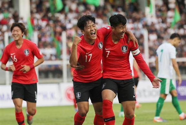 10일(현지시간) 투르크메니스탄 아시가바트 코페트다그 스타디움에서 열린 2022 카타르 월드컵 아시아지역 2차 예선 H조 1차전 한국과 투르크메니스탄과의 경기. 한국 나상호가 골을 성공시킨 뒤 손흥민과 함께 환호하고 있다. 2019.9.11