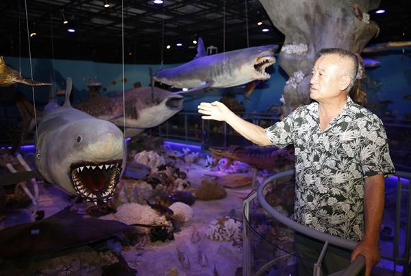임양수 해남땅끝해양자연사박물관이 전시물에 대해 설명하고 있다. 임 관장은 박물관의 전시물에 대해 누구보다도 더 많이, 자세히 알고 있다고 말한다.
