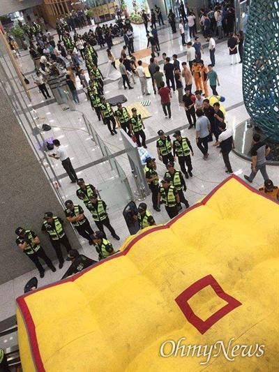 고속도로 요금수납원들이 한국도로공사 2층에서 농성하고 있는 가운데, 경찰이 11일 오전 현관에 에어매트를 설치했다.