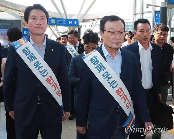 더불어민주당 이해찬 대표, 이인영 원내대표가 11일 오전 서울역에서 추석을 맞아 고향으로 출발하는 시민들에게 인사한 뒤 떠나고 있다.