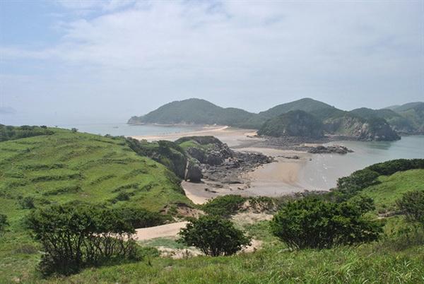 인천 옹진군 소재 덕적도 인근에 위치한 주민 10여명 남짓의 작은 섬, 굴업도 전경