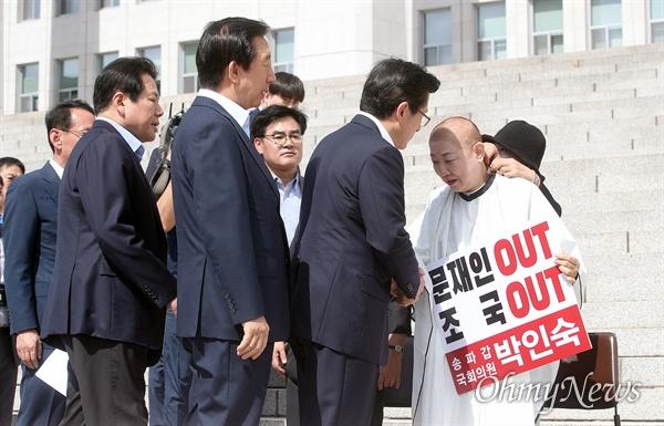 박인숙 자유한국당 의원이 11일 오전 서울 여의도 국회 본관 앞에서 조국 법무부 장관 임명에 항의하며 삭발하자, 황교안 대표가 격려 방문해 박 의원을 위로하고 있다.