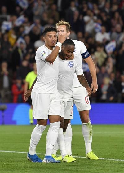 2019년 9월 11일(한국시간), 잉글랜드와 코소보의 유로2020 A조 예선 경기. 잉글랜드의 제이든 산초(왼쪽)가 득점 후 팀 동료 해리 케인(가운데), 라힘 스털링(오른쪽)과 세리머니하고 있다.