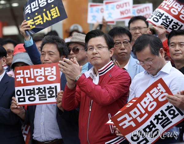 자유한국당 황교안 대표가 11일 오후 인천 부평구 문화의거리 입구에서 열린 문재인 정권 순회 규탄대회에 참석하고 있다.
