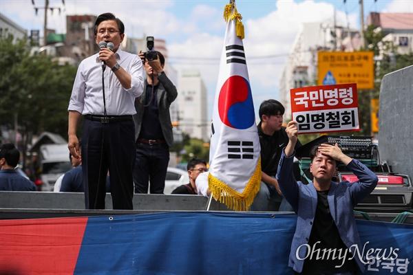 자유한국당 황교안 대표가 11일 오후 인천 부평구 문화의거리 입구에서 열린 문재인 정권 순회 규탄대회 연설을 하고 있다.