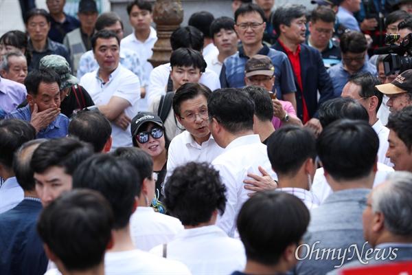 자유한국당 황교안 대표가 11일 오후 인천 부평구 문화의거리 입구에서 열린 문재인 정권 순회 규탄대회를 마치고 지지자들과 인사를 하고 있다.