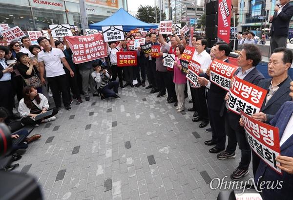 자유한국당 황교안 대표와 인천 지역구 의원 등이 11일 오후 인천 부평구 문화의거리 입구에서 열린 문재인 정권 순회 규탄대회에 참석하고 있다.