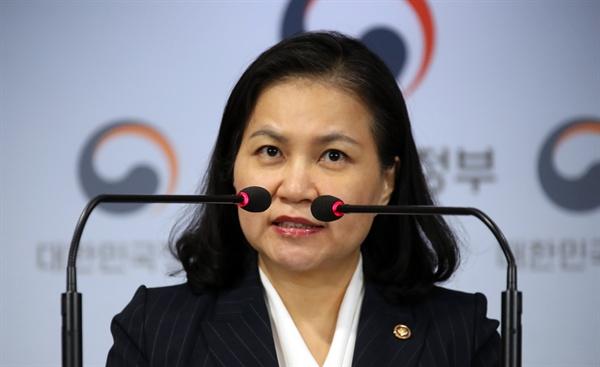 """유명희 """"일본의 핵심 소재 3개 품목 수출제한조치 WTO 제소"""" 유명희 통상교섭본부장이 11일 오전 정부서울청사 브리핑실에서 """"반도체·디스플레이 핵심 소재 3개 품목에 대해 일본이 지난 7월 4일 시행한 수출제한 조치를 WTO에 제소한다""""고 밝히고 있다."""