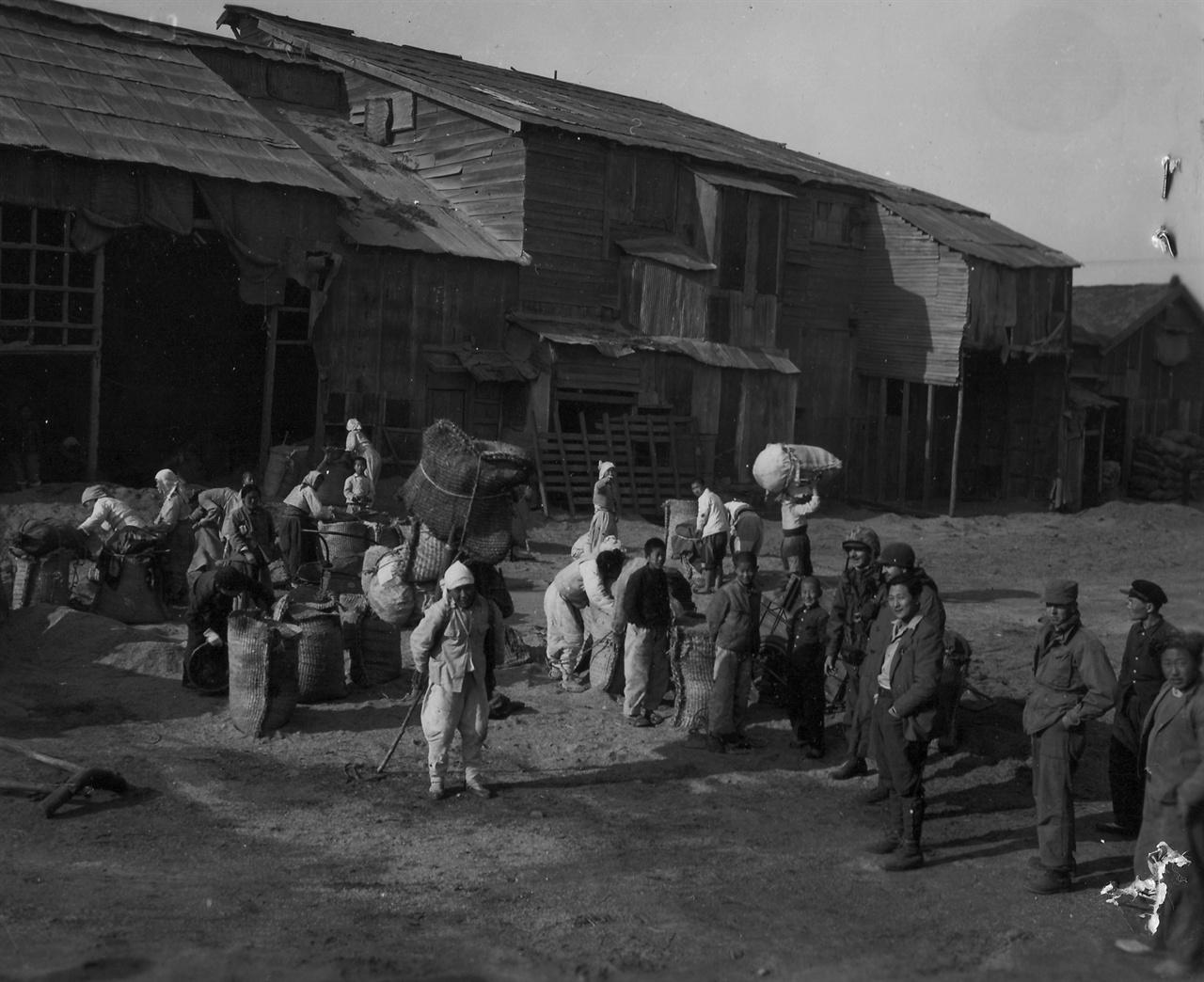 흥남, 정미소 풍경(1950. 12. 15.).